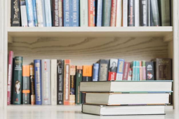 la-pila-di-libri-si-avvicina-allo-scaffale-in-biblioteca_23-2147845950